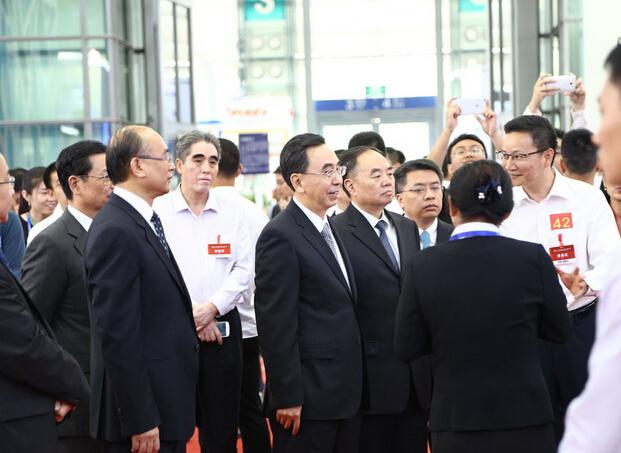 正在参观深圳高交会的领导们